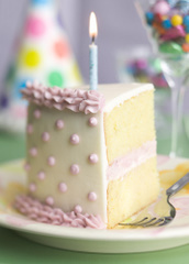 Kawałek tortu ze świeczką