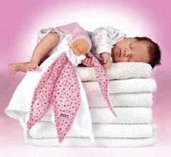 Dziecko śpi na ręcznikach