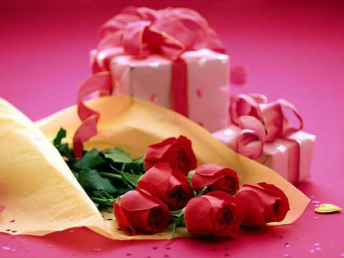 Czerwone róże i prezenty
