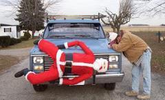 Mikołaj na masce samochodu