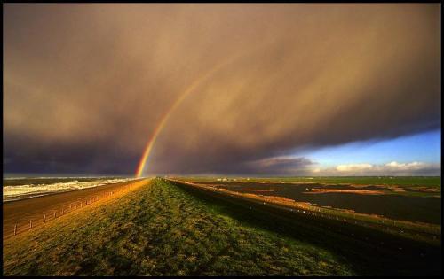 Tęcza i ciemne chmury