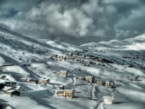 Domy zimą w górach